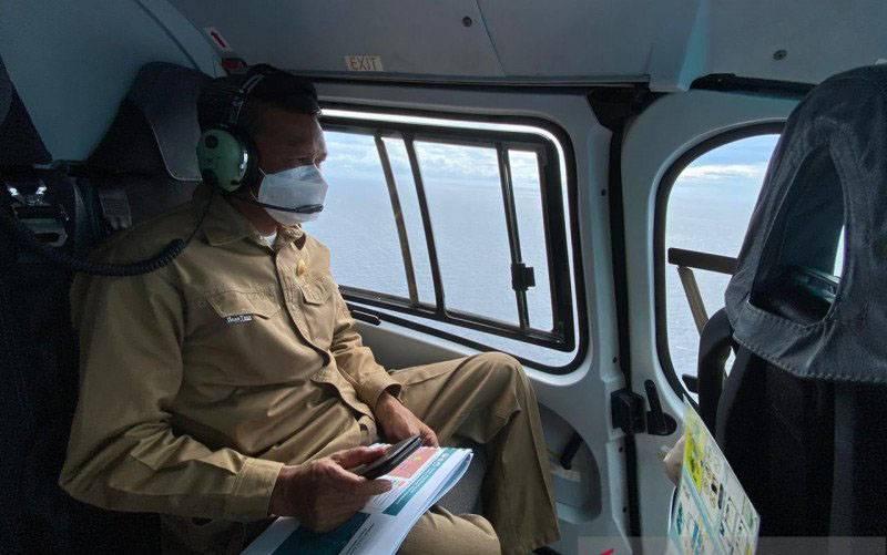 Gubernur Sulsel Nurdin Abdullah saat meninjau Pulau Lantigiang Selayar menggunakan helikopter didampingi Bupati Selayar, Rabu (3/02/2020). (foto : ANTARA Foto/HO-Humas Pemprov Sulsel)