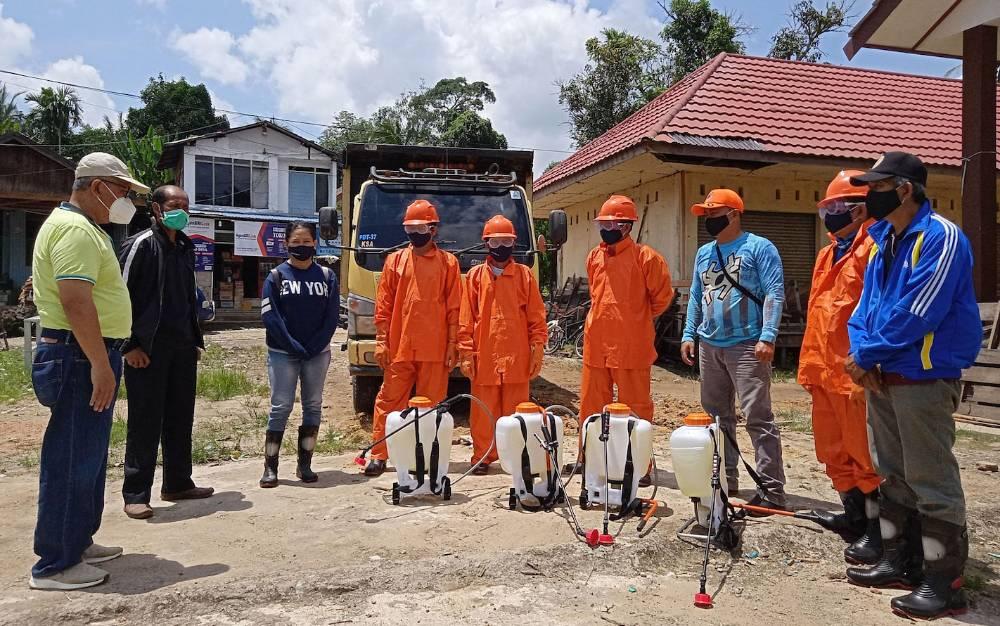 BPBD Damkar Barito Timur saat melakukan penyemprotan disinfektan di Pasar Jaar.