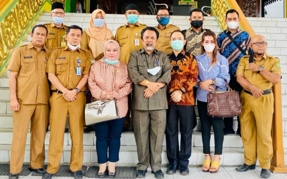 Wakil Ketua III DPRD Kalteng, Faridawati Darland Atjeh (tiga dari kiri) bersama anggotanya saat kunjungan kerja ke Riau.