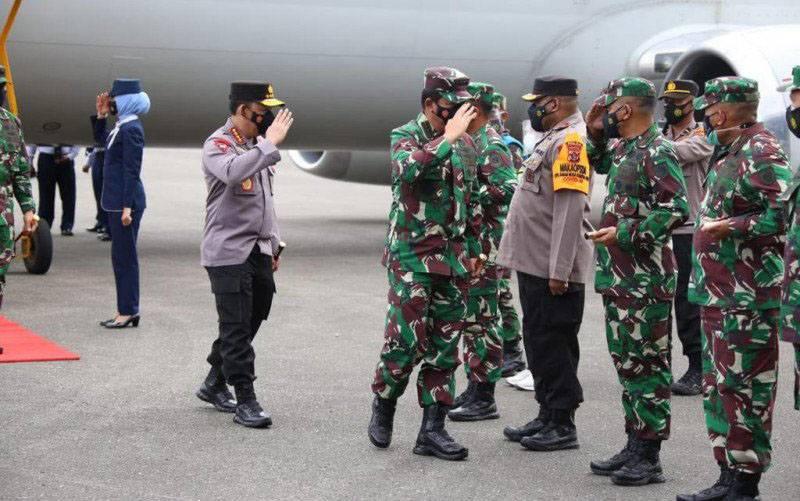 Panglima TNI Marsekal TNI Hadi Tjahjanto (ketiga kiri) dan Kapolri Jenderal Pol Listyo Sigit Prabowo (kedua kiri) setibanya di Papua untuk melakukan kunjungan kerja di Tanah Cendrawasih. (foto : ANTARA/ HO-Polri)