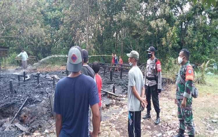 Proses pemadaman bekas rumah yang dibakar di Kelurahan Petuk Katimpun, Sabtu 27 Februari 2021