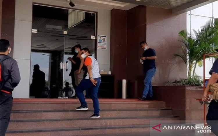 Bupati Bintan Apri Sujadi menuju gedung VVIP Bandara RHF Tanjungpinang, Kepri, Sabtu, 27 Februari 2021