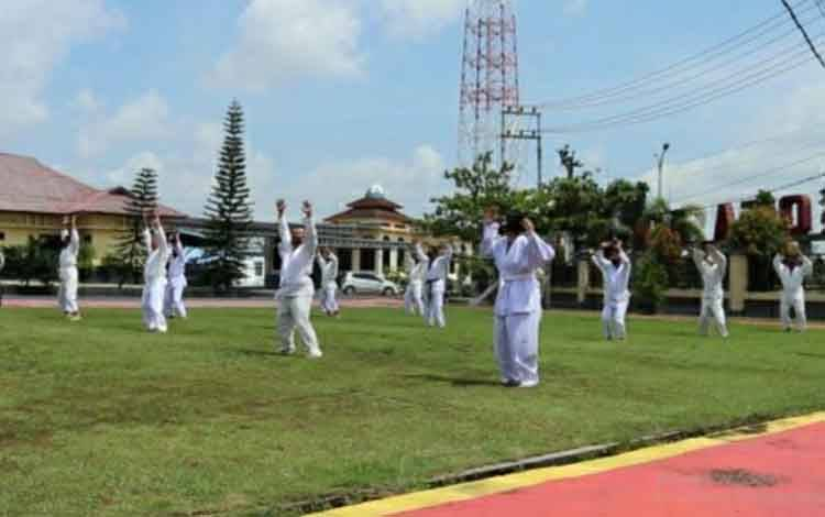 Personel Polres Kapuas saat mengikuti ujian bela diri Polri penuhi syarat kenaikan pangkat