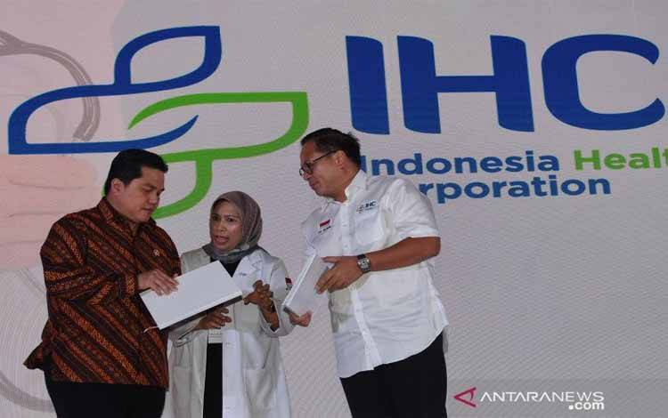 Menteri BUMN Erick Thohir (kiri), Wakil Menteri BUMN II Kartika Wirjoatmodjo (kanan) dan Direktur Utama PT Pertamina Bina Medika IHC Fathema Djan R (tengah) berbincang di sela-sela acara 1st Indonesia Healthcare Corporation Medical Forum di Jakarta, Senin (10/2/2020)