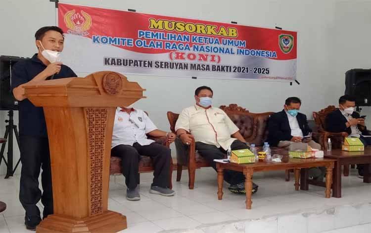 Ferry Khaidir menyampaikan sambutan seusai terpilih memimpin KONI Seruyan