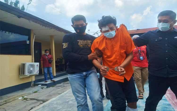 Pelaku Jambret dan melakukan Pencurian Disertai Kekerasan (Curas) digiring saat dihadirkan dalam press release di depan lobi Polresta Palangka Raya