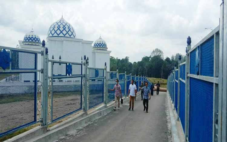 Anggota Komisi III DPRD Tabalong didampingi jajaran Dinas PUPR Barito Utara saat melakukan peninjauan jembatan penyeberangan Muara Teweh - Jingah dan Islamic Center