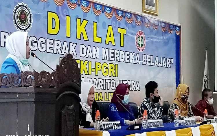 Ketua Pokja Bunda PAUD Barito Utara, Sunarti menyampaikan sambutan pada kegiatan Diklat Guru Penggerak dan merdeka belajar IGTKI-PGRI