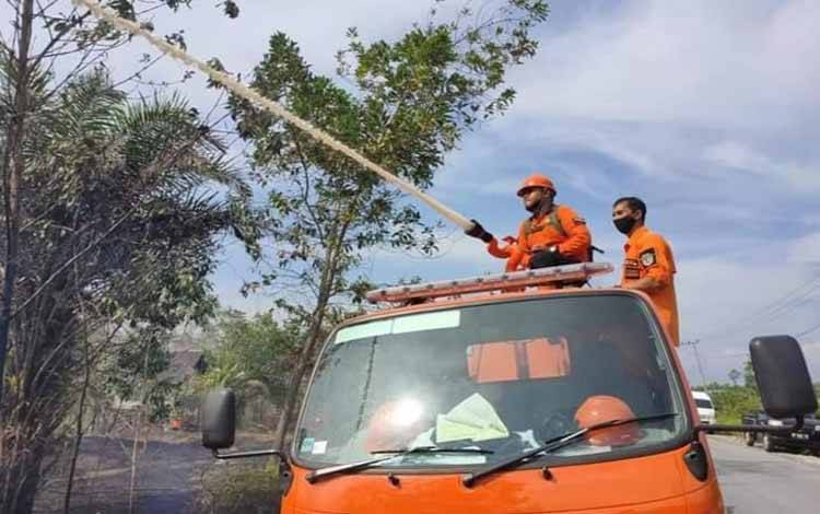 Tim gabungan termasuk BPBD Katingan memadamkan lahan terbakar di wilayah Katingan Hilir