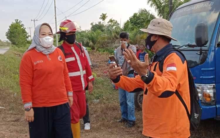 Bupati Kobar Nurhidayah melakukan pengecekan tim gabungan yang sedang memadamkan karhula di KM 12 Jalan Pangkalan Bun - Kolam, Sabtu 27 Februari 2021