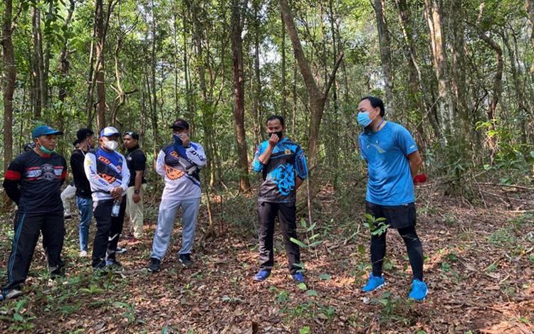 Danlanud Iskandar Pangkalan Bun Letkol Nav Rudy Kurniawan saat mengajak komunitas melihat jalur trek sepeda di tengah hutan Auri.
