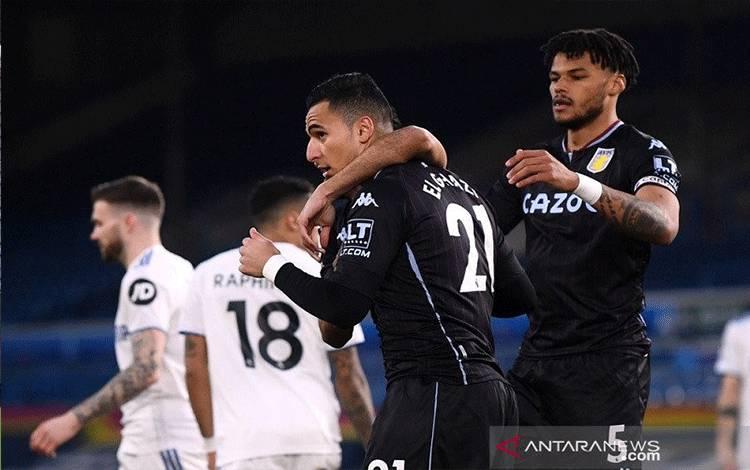 Pemain sayap Aston Villa Anwar El Ghazi (kedua kanan) melakukan selebrasi bersama rekan-rekannya seusai menjebol gawang Leeds United dalam lanjutan Liga Inggris di Stadion Elland Road, Leeds, Inggris, Sabtu (27/2/2021) waktu setempat. (ANTARA/REUTERS/POOL/Laurence Griffith)