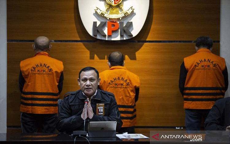 Ketua KPK Firli Bahuri menyampaikan keterangan pers terkait Operasi Tangkap Tangan (OTT) Gubernur Sulawesi Selatan di gedung KPK, Jakarta, Minggu (28/2/2021) dini hari. KPK menetapkan tiga orang tersangka dalam OTT terkait kasus dugaan suap proyek infrastruktur di lingkungan Pemerintah Provinsi Sulawesi Selatan dengan barang bukti uang sekitar dua miliar rupiah. ANTARA FOTO/Dhemas Reviyanto/rwa.