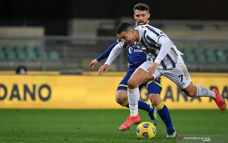 Penyerang Juventus Cristiano Ronaldo terjatuh setelah ditekel pada pertandinganLiga Italia melawan Verona yang dimainkan di Stadion Marcantonio Bentegodi, Verona, Sabtu (27/2/2021). (ANTARA/AFP/ISABELLA BONOTTO)
