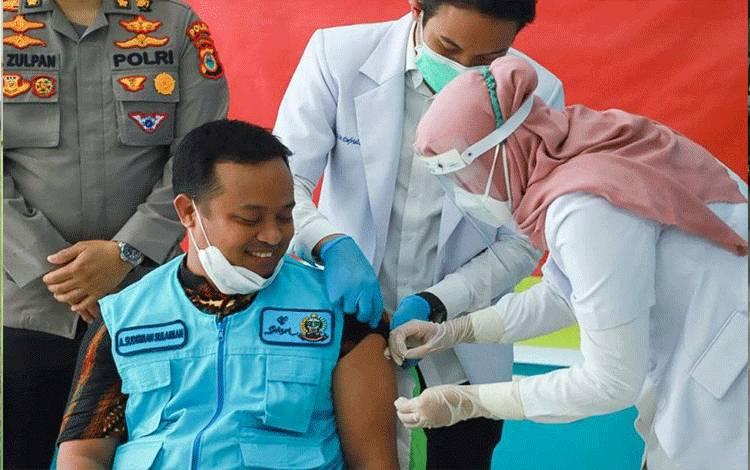 Wakil Gubernur Sulawesi Selatan Andi Sudirman Sulaiman menjalani vaksinasi COVID-19 di Makassar(14/1/2021).ANTARA/HO/Humas Pemprov Sulsel
