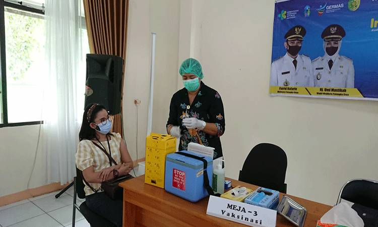 Vaksinasi tenaga kesehatan di Kota Palangka Raya.