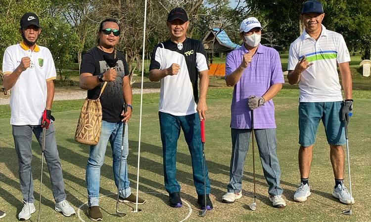 Ketua Komite Olahraga Nasional Indonesia (KONI) Kalteng Eddy Raya Samsuri saat foto bersama SIWO PWI Kalteng. (Istimewa)