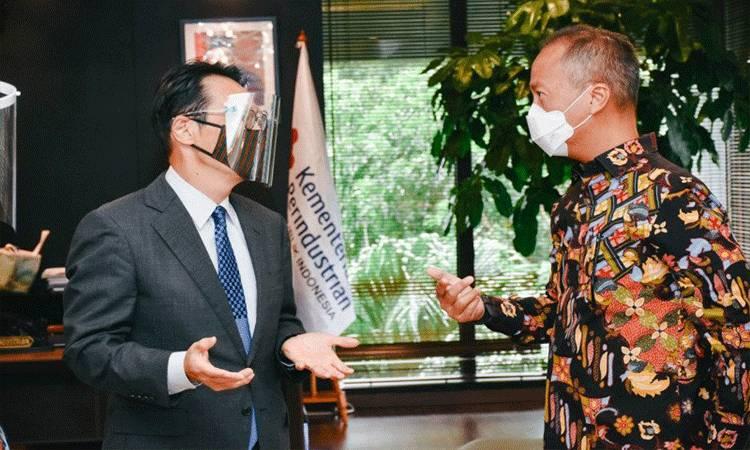 Menteri Perindustrian Agus Gumiwang Kartasasmita (kanan) berbincang dengan Duta Besar Jepang untuk Indonesia, Kanasugi Kenji (kiri) pada pertemuan di Jakarta, beberapa waktu lalu. (ANTARA/ Biro Humas Kementerian Perindustrian)