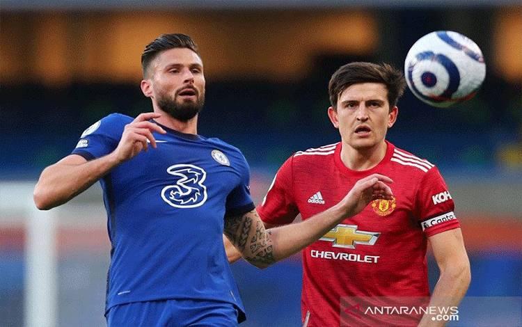 Kapten Manchester United Harry Maguire (kanan) berebut bola dengan penyerang Chelsea Olivier Giroud dalam lanjutan Liga Inggris di Stadion Stamford Bridge, London, Inggris, Minggu (28/2/2021) waktu setempat. (ANTARA/REUTERS/POOL/Clive Rose)