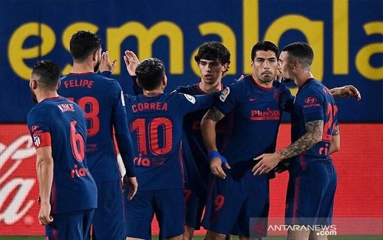 Penyerang Atletico Madrid Joao Felix (ketiga kanan) melakukan selebrasi bersama rekan-rekannya seusai mencetak gol ke gawang Villarreal dalam lanjutan Liga Spanyol di Stadion de la Ceramica, Villarreal, Spanyol, Minggu (28/2/2021) waktu setempat. (ANTARA/REUTERS/Pablo Morano)