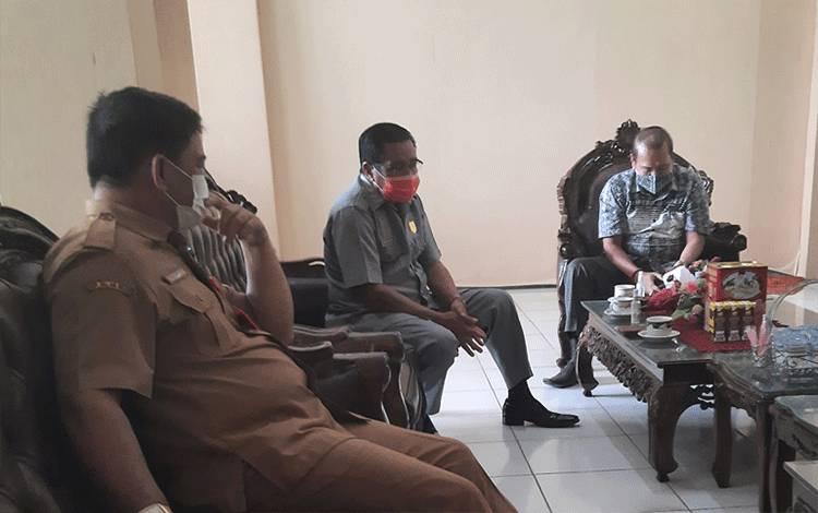 Ketua DPRD Kabupaten Gumas, Akerman Sahidar saat menerima tamu di ruang kerjanya, baru-baru ini.