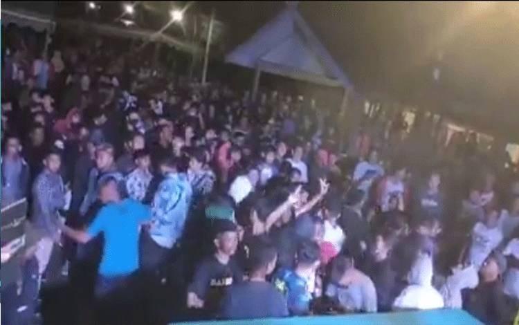 Kerumunan Warga di Desa Kondang, Kecamatan Kotawaringin Lama, asyik berjoget heboh di media sosial.