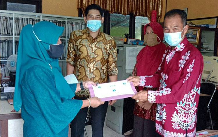 Perwakilan dari MGMP saat menerima soal Ujian Sekolah PAI Tingkat SMA dari Seksi Pendidikan Agama Islam Kemenag Kapuas.