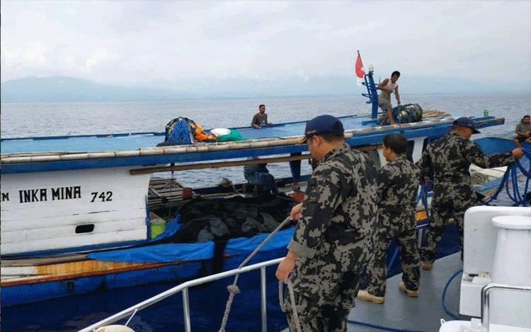 Petugas Ditjen Pengawasan Sumber Daya Kelautan dan Perikanan mengamankan kapal ikan di Teluk Tolo, Sulawesi Tengah. ANTARA/HO-KKP