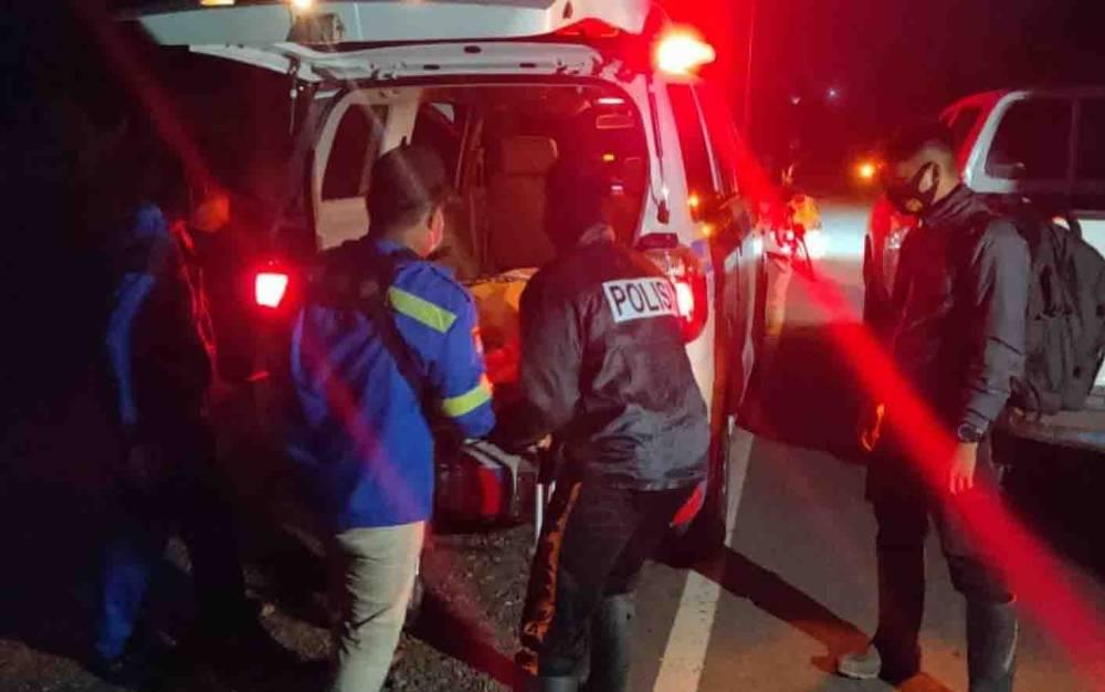 Petugas mengevakuasi jasad laki-laki belum diketahui identitasnya yang ditemukan di Sungai Sambu, Desa Talekung Punai, Kecamatan Kapuas Murung pada Minggu malam, 28 Februari 2021.