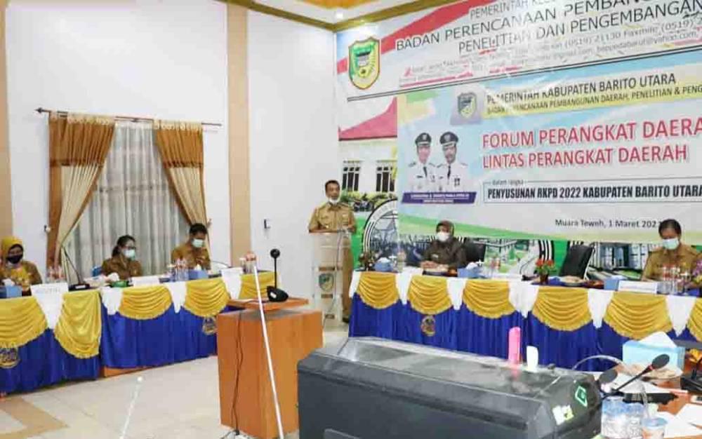 Wakil Bupati Barito Utara, Sugianto Panala Putra saat menyampaikan sambutan dan arahan pada pembukaan kegiatan rapat forum perangkat daerah, lintas perangkat daerah Kabupaten Barito Utara secara virtual, Senin, 1 Maret 2021.