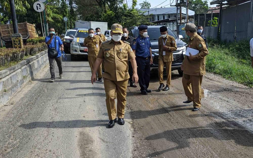 Bupati Kotim Halikinnor melihat jalan rusak di Jalan HM Arsyad, Sampit