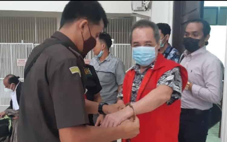 Bong Hiun Tjin alias Acin terdakwa kasus pembunuhan saat diborgol petugas kejaksaan