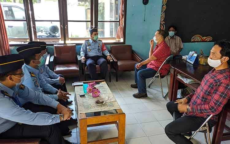 Kepala Kantor Imigrasi Kelas II TPI Sampit, Bugie Kurniawan saat bersilaturahmi ke Kantor Persatuan Wartawan Indonesia (PWI) Kotim