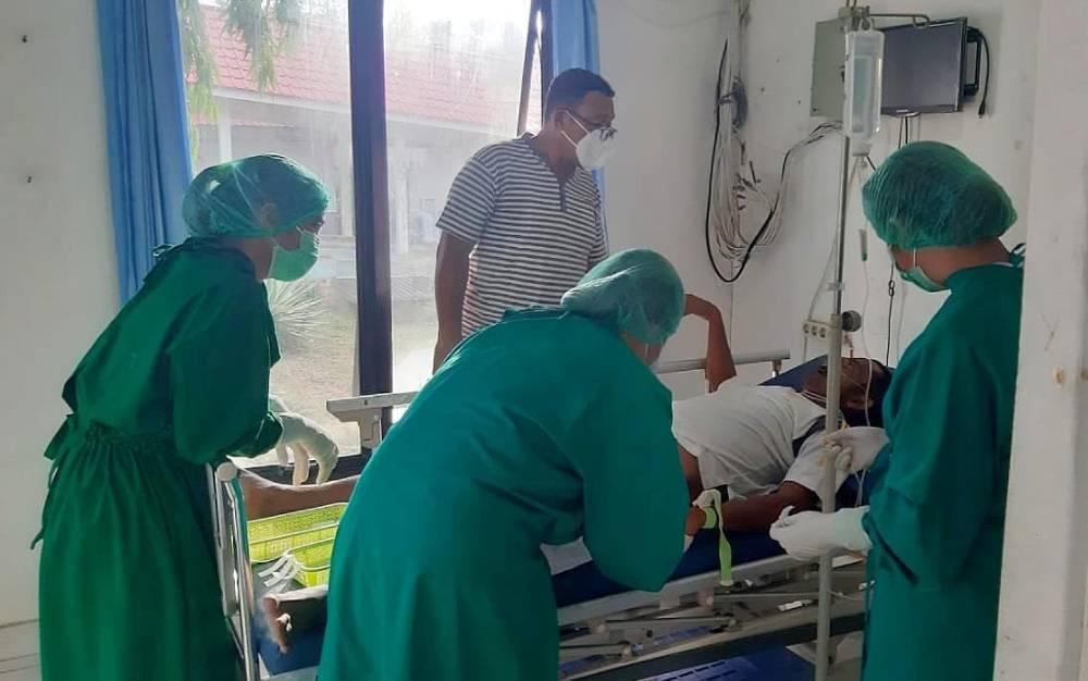 Jenazah Muhammad Hakim (46) saat ditangani tim medis RSUD Tamiang Layang, Senin, 1 Maret 2021.
