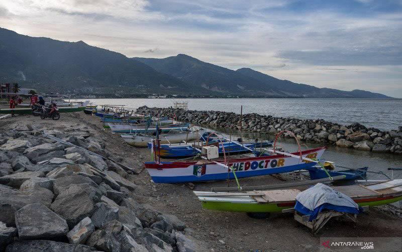 Sejumlah perahu nelayan tertambat di lokasi tambatan perahu di Pantai Taman Ria, Palu, Sulawesi Tengah, Jumat (8/1/2021). (foto : ANTARA FOTO/Basri Marzuki)