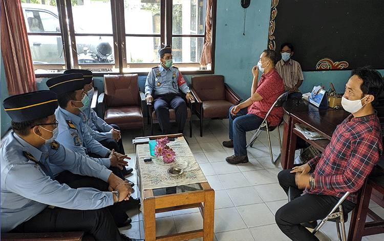 Kepala Kantor Imigrasi Kelas II TPI Sampit, Bugie Kurniawan berkunjung ke PWI Kotim, Selasa, 2 Maret 2021.