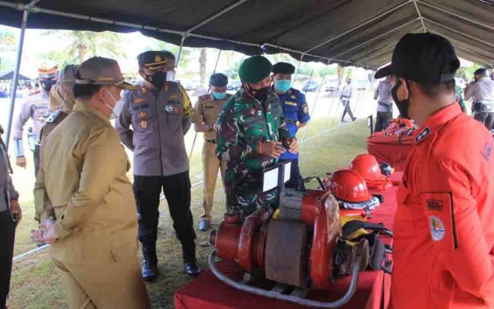 Pemeriksaan peralatan pemadam kebakaran yang dipersiapkan tim dalam mengantisipasi Karhutla.
