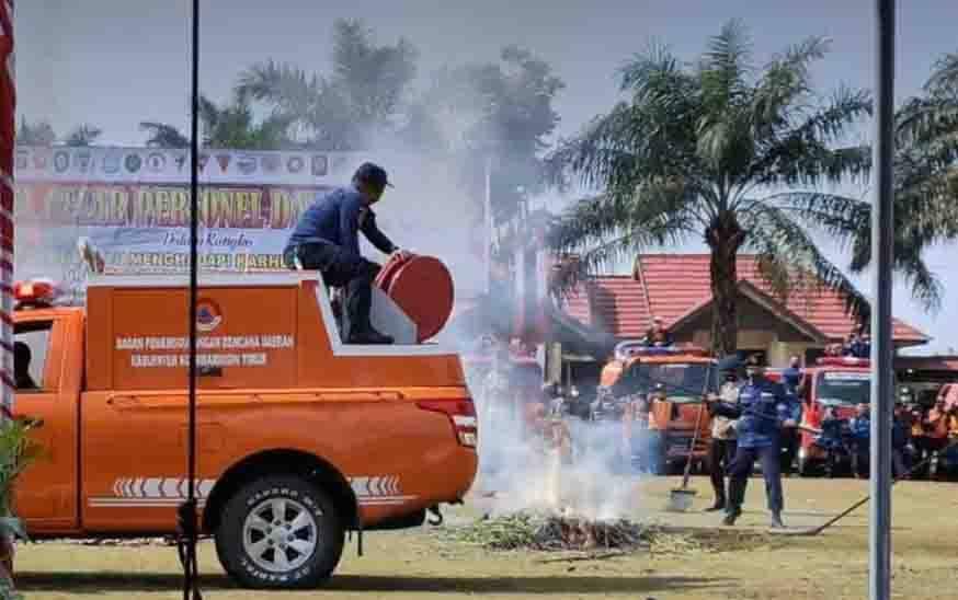 Sejumlah petugas saat melakukan latihan pemadaman Karhutla, Selasa, 02 Maret 2021.