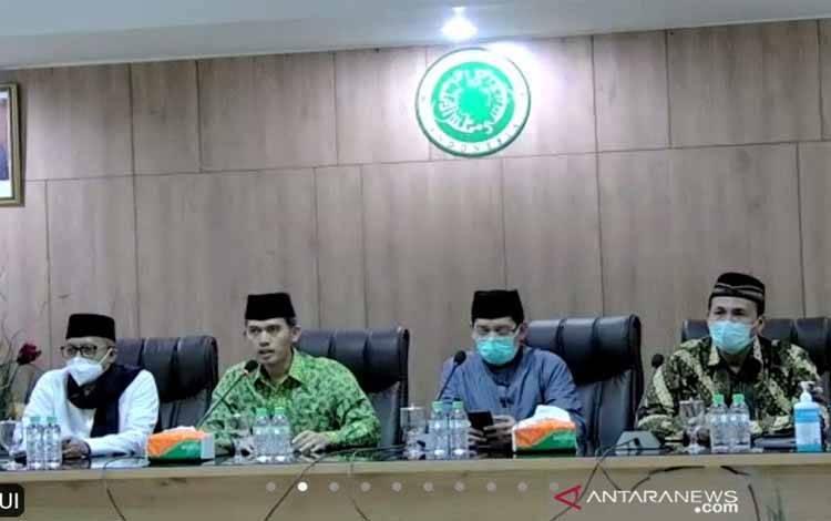 Ketua Komisi Fatwa MUI Pusat, KH Asrorun Ni'am (kedua kiri) dalam konferensi pers daring di Jakarta, Selasa (2/3/2021)