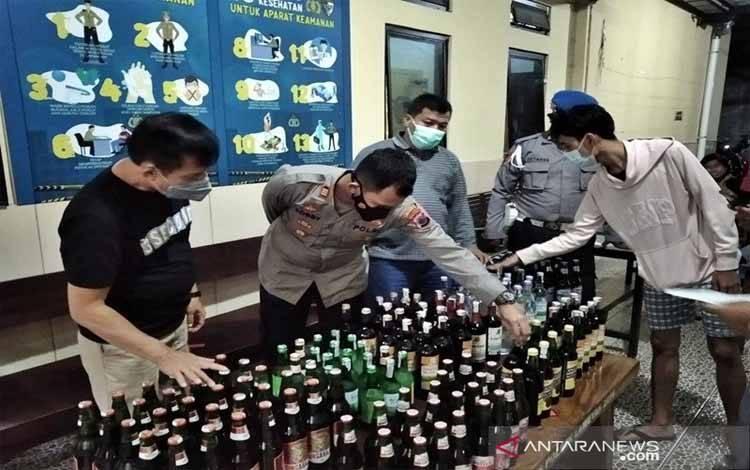 Petugas Polsek Laweyan Polres Kota Surakarta saat menggelar kasus hasil operasi pekat minuman keras di Mapolsek Laweyan Solo, Ahad (28-2-2021)