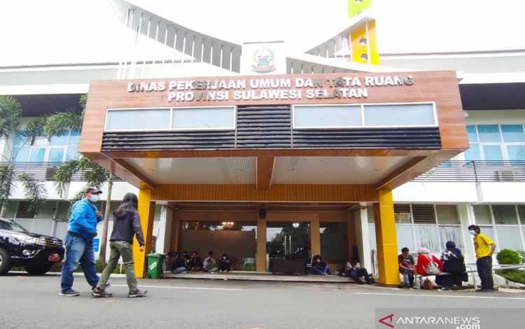 Suasana Kantor Dinas PUPR Sulawesi Selatan saat petugas KPK menggeledah ruangan-ruangan kantor itu, di Makassar, Sulawesi Selatan, Selasa. Penggeledahan terkait kasus korupsi dengan tersangka Gubernur Sulawesi Selatan, Nurdin Abdullah, dan lima orang lain
