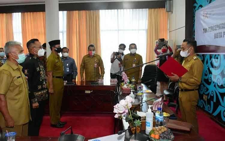 Wali Kota Palangka Raya, Fairid Naparin saat mengukuhkan TPAKD, Selasa, 2 Maret 2021.
