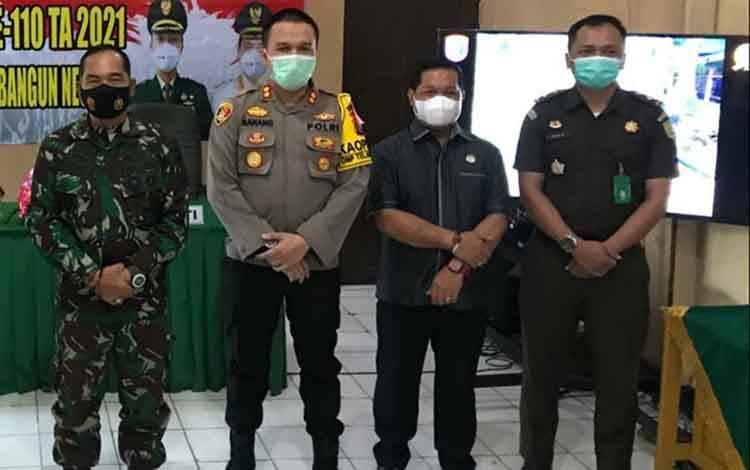 Wakil Ketua DPRD Kapuas, Yohanes (dua dari kanan) saat hadiri Pembukaan TMMD Kodim, Selasa 2 Maret 2021