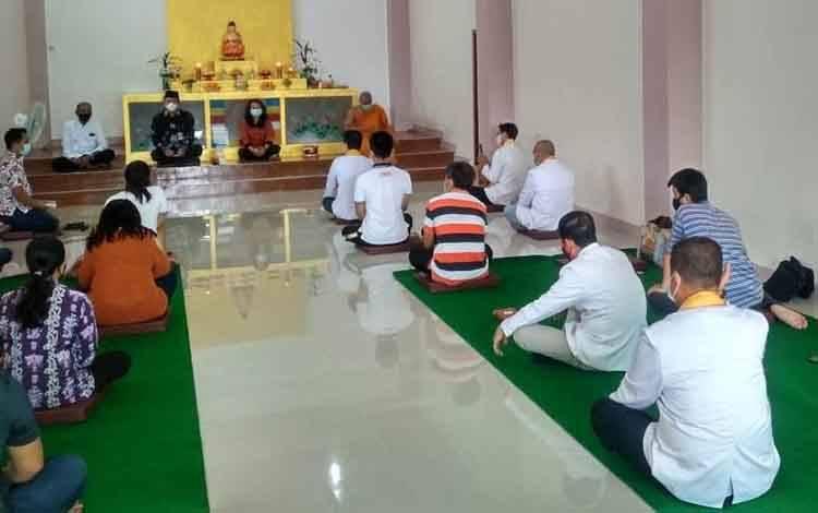 Pembimas Buddha Kanwil Kemenag Provinsi Kalteng, Partiyem saat bertemu dengan umat Buddha di Cetya Vijjaya Dharma, Kuala Kapuas.