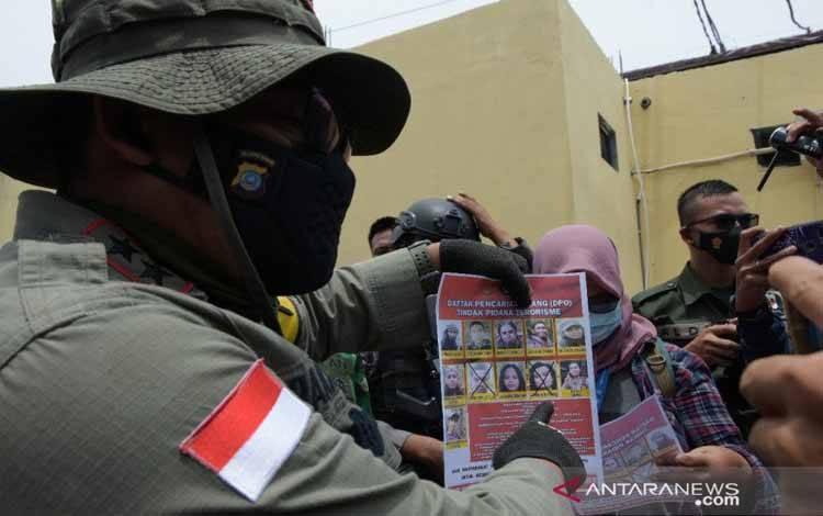 aso, saat menunjukan foto dua DPO MIT Poso yang tewas akibat kontak tembak dengan aparat TNI/Polri pada Selasa 02/03/2021