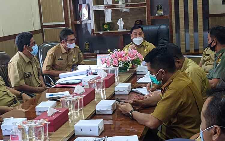Bupati Kotim Halikinnor saat bertemu dengan pihak BKSDA membahas penanganan buaya di Sungai Mentaya