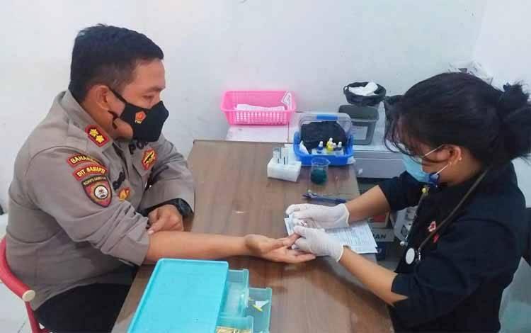Wadir Ditsamapta Polda Kalteng AKBP Timbul RK Siregar saat hendak mendonorkan darahnya di PMI kepada korban penjambretan