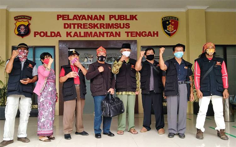 Kuasa Pendamping Pemilik Sertifikat Ir Men Gumpul Cilan Muhammad (nomor 4 dari kiri) saat datang ke Ditreskrimsus Polda Kalteng memenuhi panggilan pemeriksaan terkait dugaan pencemaran nama baik dan UU ITE.