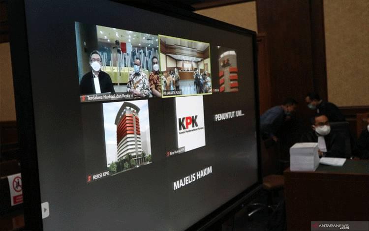 Mantan Sekretaris Mahkamah Agung Nurhadi bersama-sama dengan menantunya Rezky Herbiyono mengikuti sidang pembacaan tuntutan dari gedung KPK Jakarta, Selasa. (Desca Lidya Natalia)