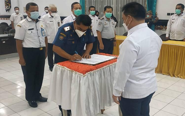Bupati Kotim Halikinnor memimpin serah terima jabatan Plt Kepala SOPD dan camat di lingkup Pemkab Kotim, Rabu, 3 Maret 2021.